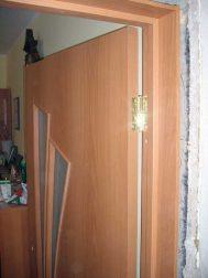 durų varčia pakabinta