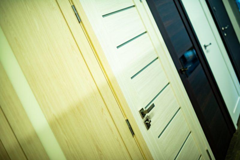 Vidaus durys su staktomis ir apvadais